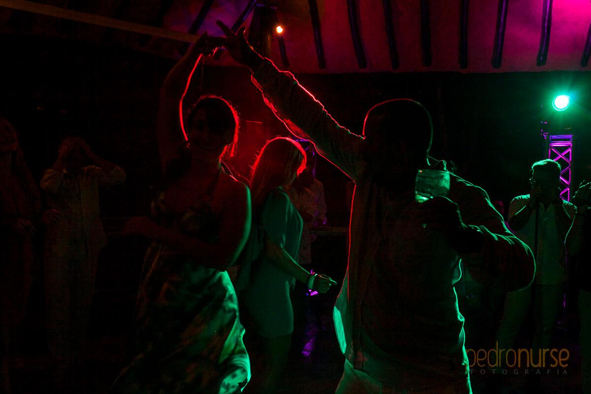 hora loca en boda posada 7 mares siluetas bailando