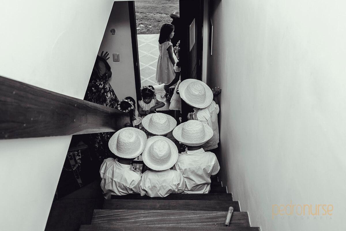 cortejo de ninos con sombrero en boda posada siete mares