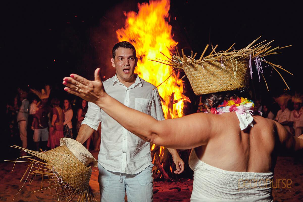 fotos de fogata en playa en boda posada siete mares