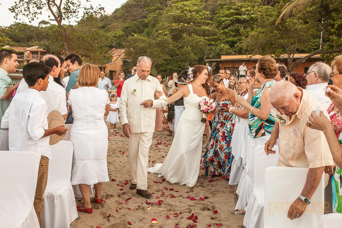 novia en boda en la playa en posada 7 mares
