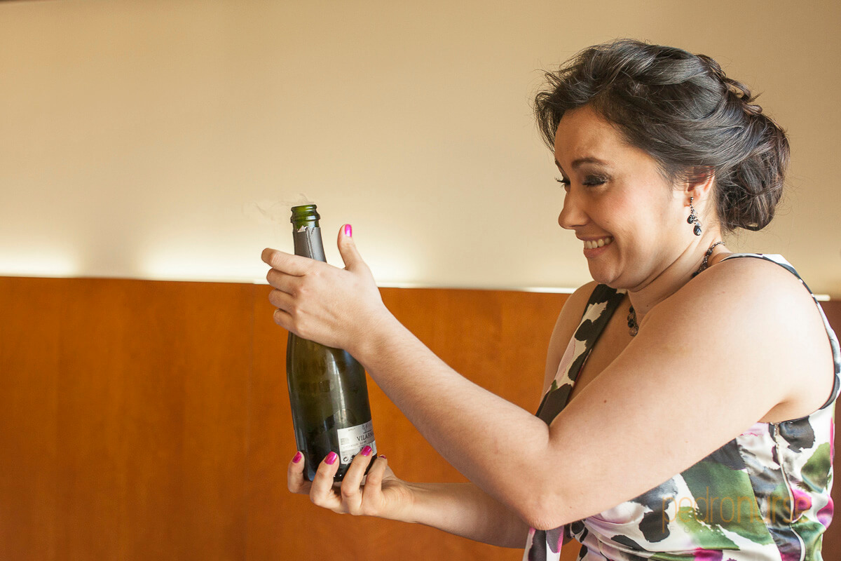 fotografia de brindis champagne boda en hotel pestana caracas