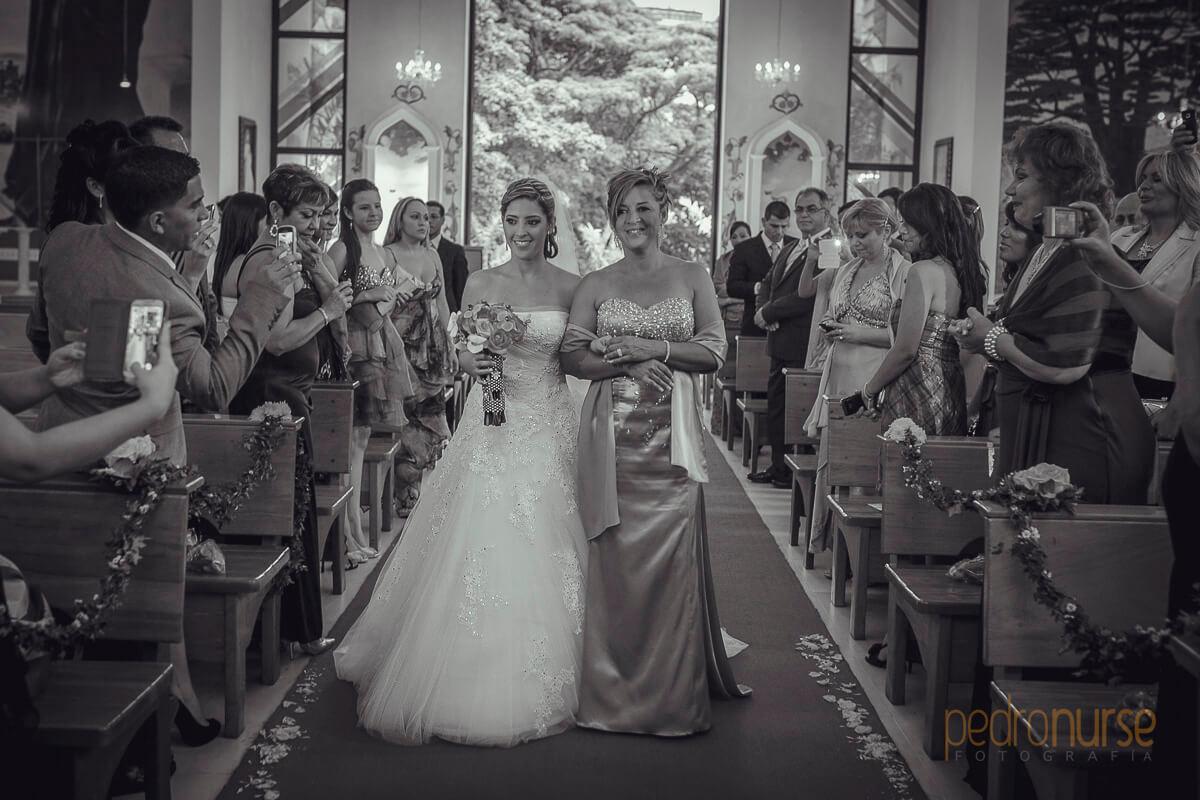novia mama entrando iglesia san charbel