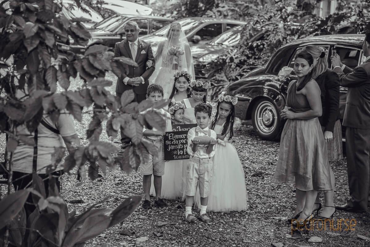 fotografia de entrada de cortejo de ninos en boda cristiana en caracas