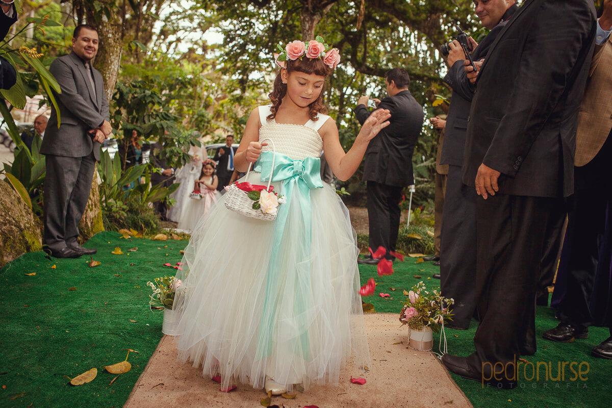 fotos de nina arrojando petalos de rosas para entrada de novia en boda en caracas