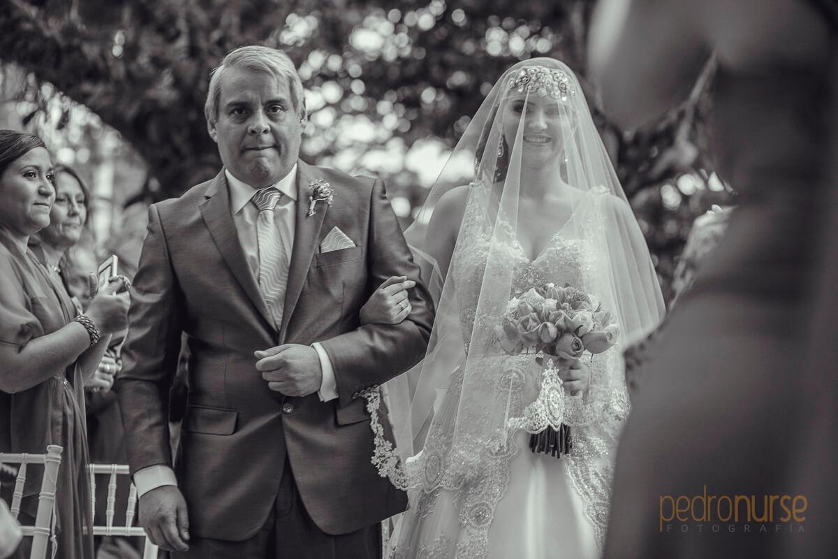 fotos de novia con su padre entrando al altar en boda caracas venezuela