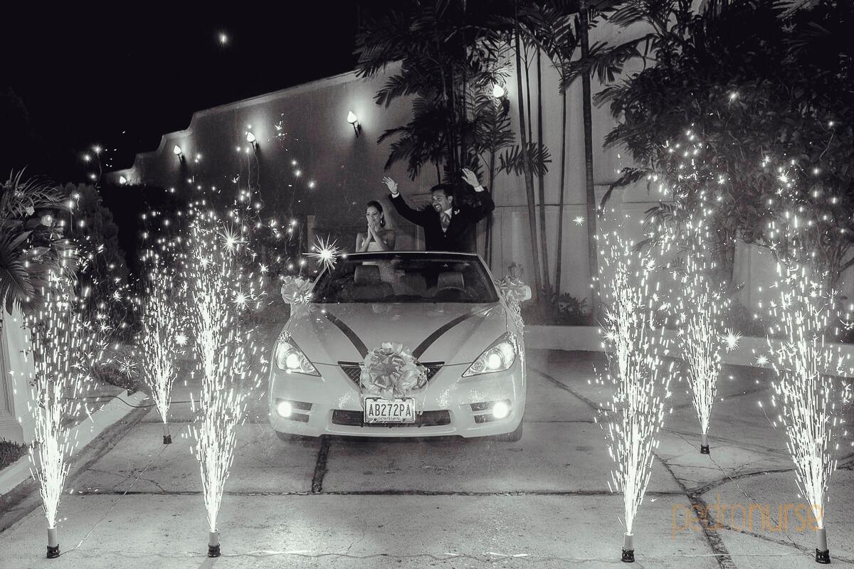 fotografia de novios carro deportivo descapotable fuegos frios artificiales