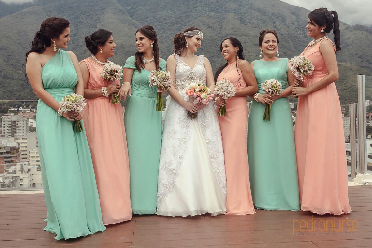 fotografia de novia cortejo madrina y dama de honor con vestidos vintage