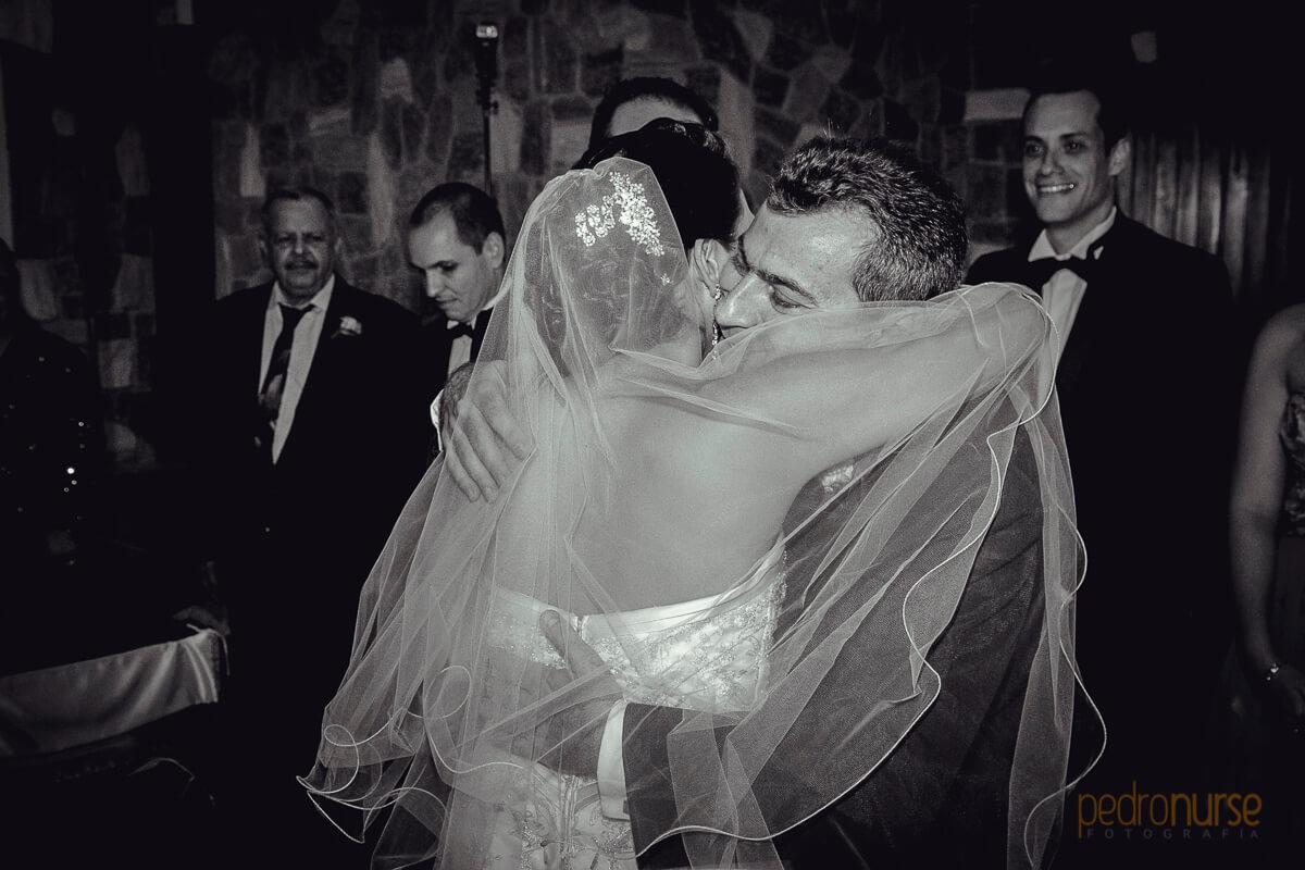 abrazo novia y papa entrega altar boda en caracas