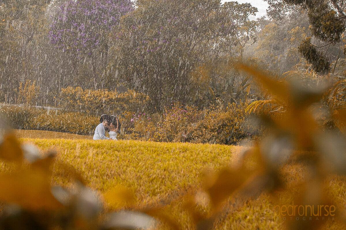 Fotos de PostBoda en Caracas novia novio caminando bajo la lluvia