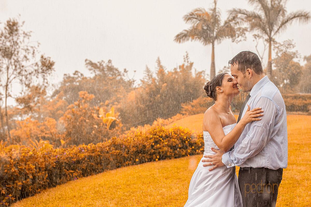 fotos de PostBoda en caracas beso bajo la lluvia