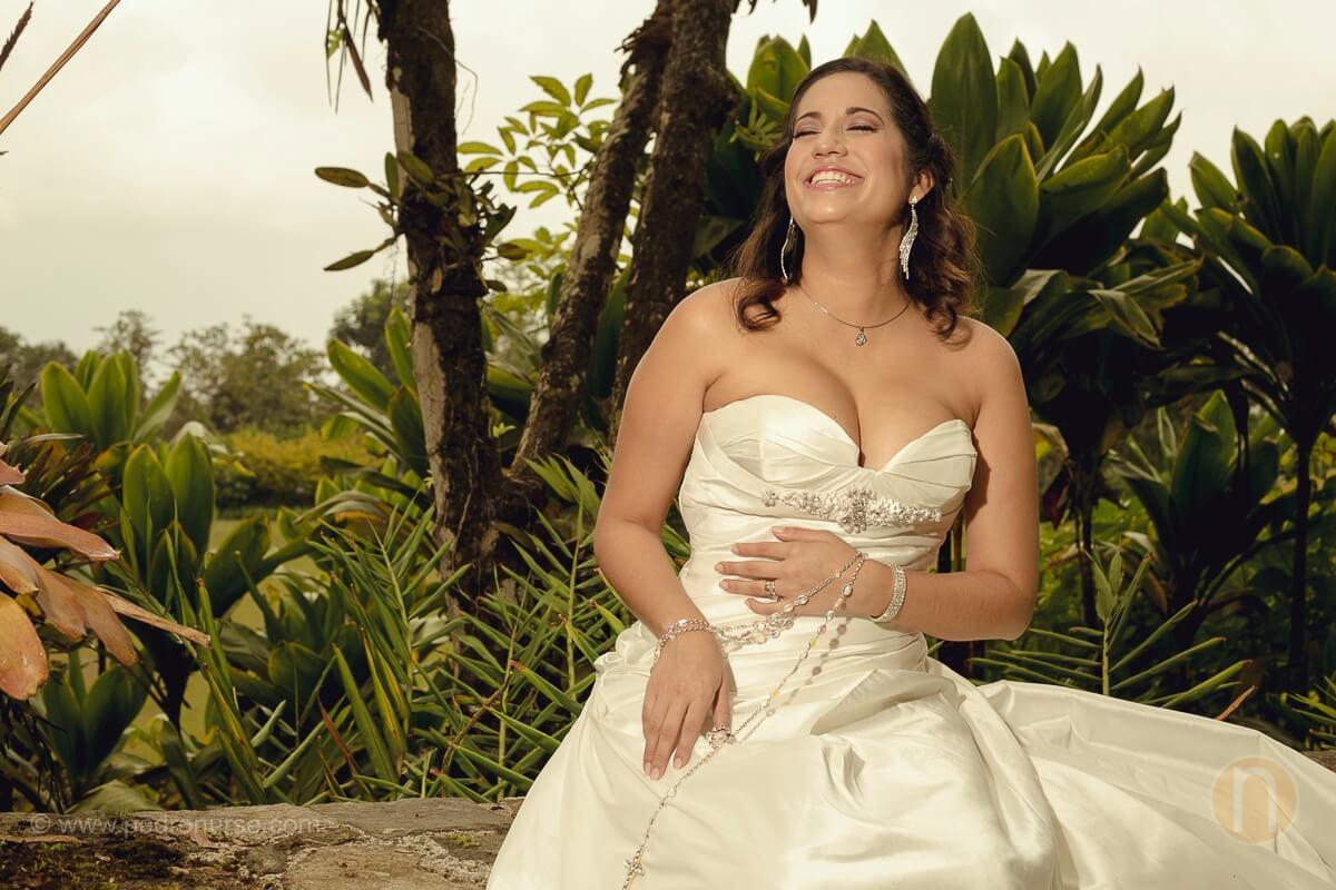la novia divirtiendose en fotos postboda