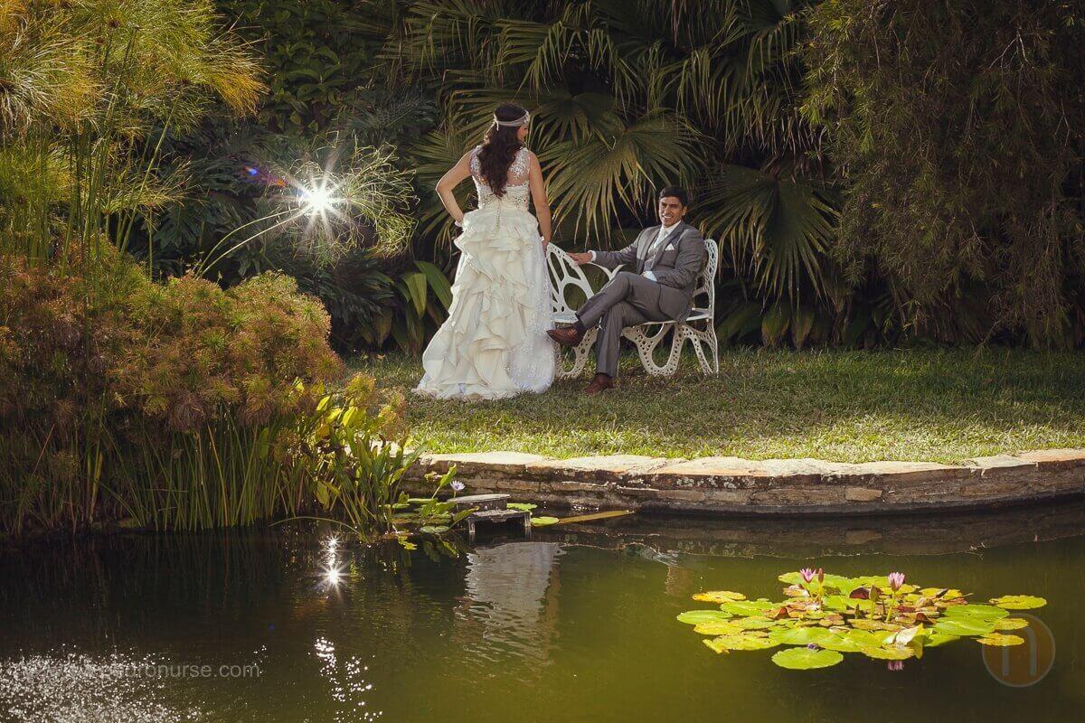 novios en hermosa foto postboda en laguna caracas venezuela
