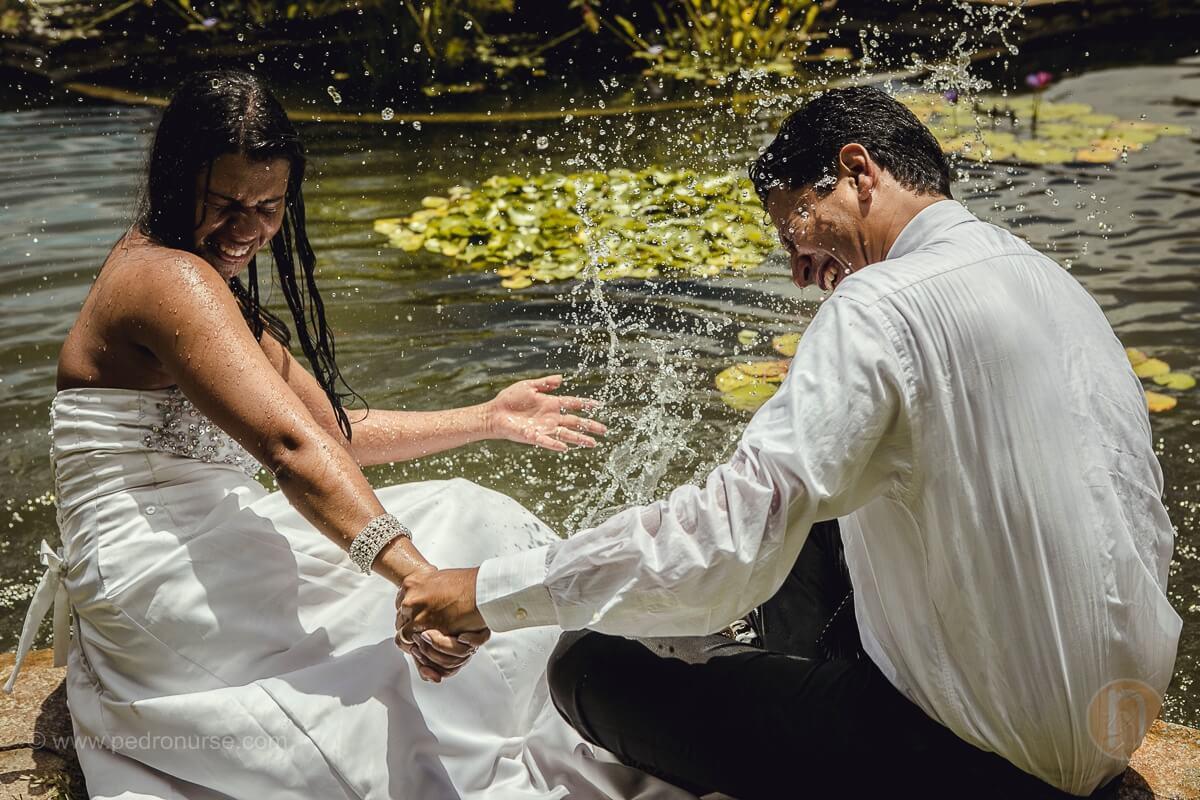 pareja de novios divirtiendose con agua en trash the dress caracas