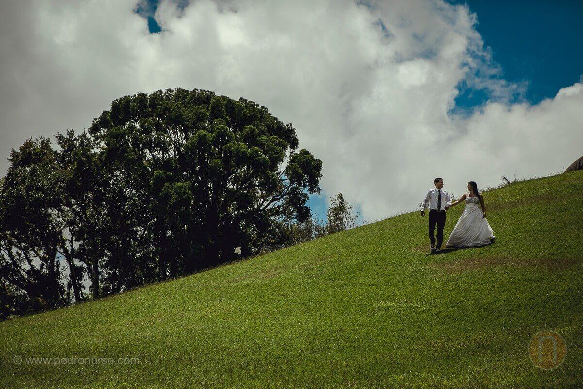 novios caminando en montaña con cielo azul en fotos postbodas caracas
