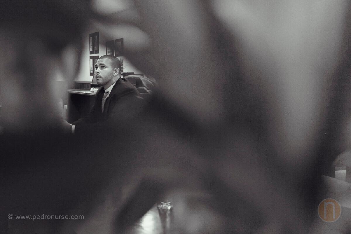 fotos de novio esperando a novia para first look en boda en valencia