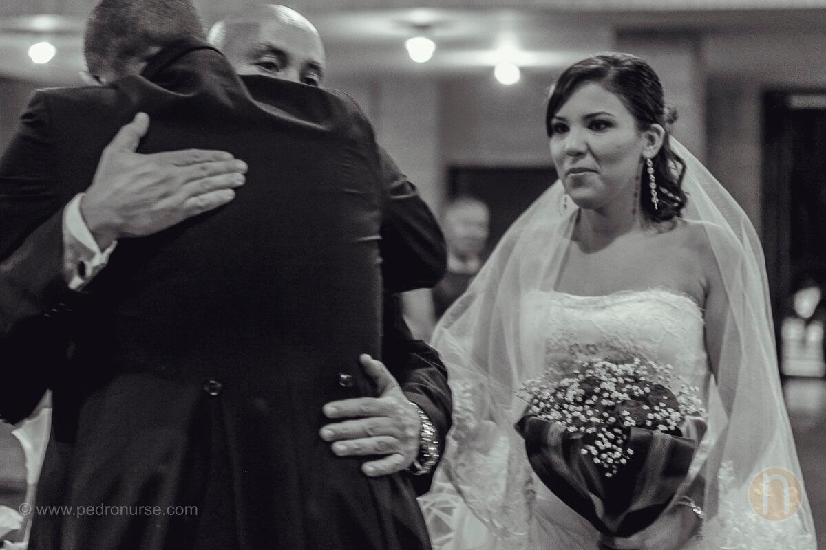 fotos de abrazo padre entregando a hija en iglesia de prebo boda en valencia