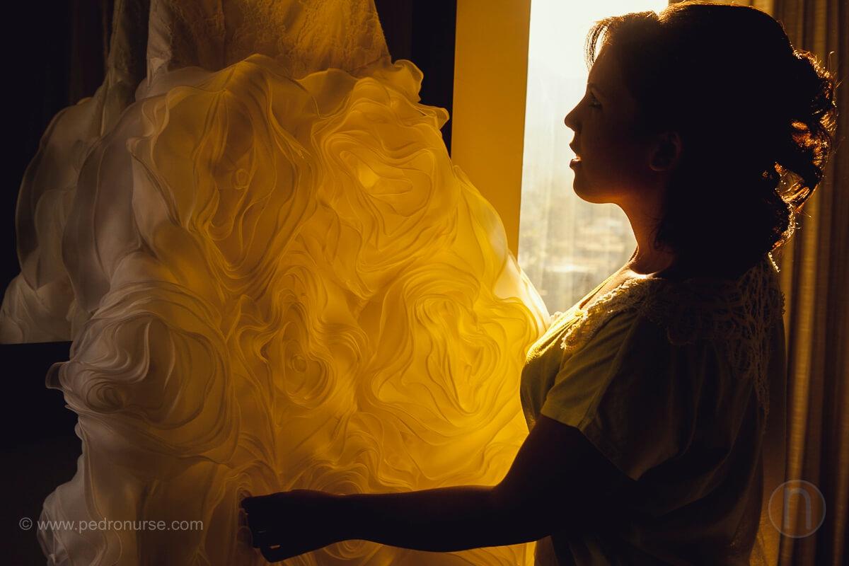 fotos de novia con su vestido en preparativos en boda en valencia hotel embassy suites