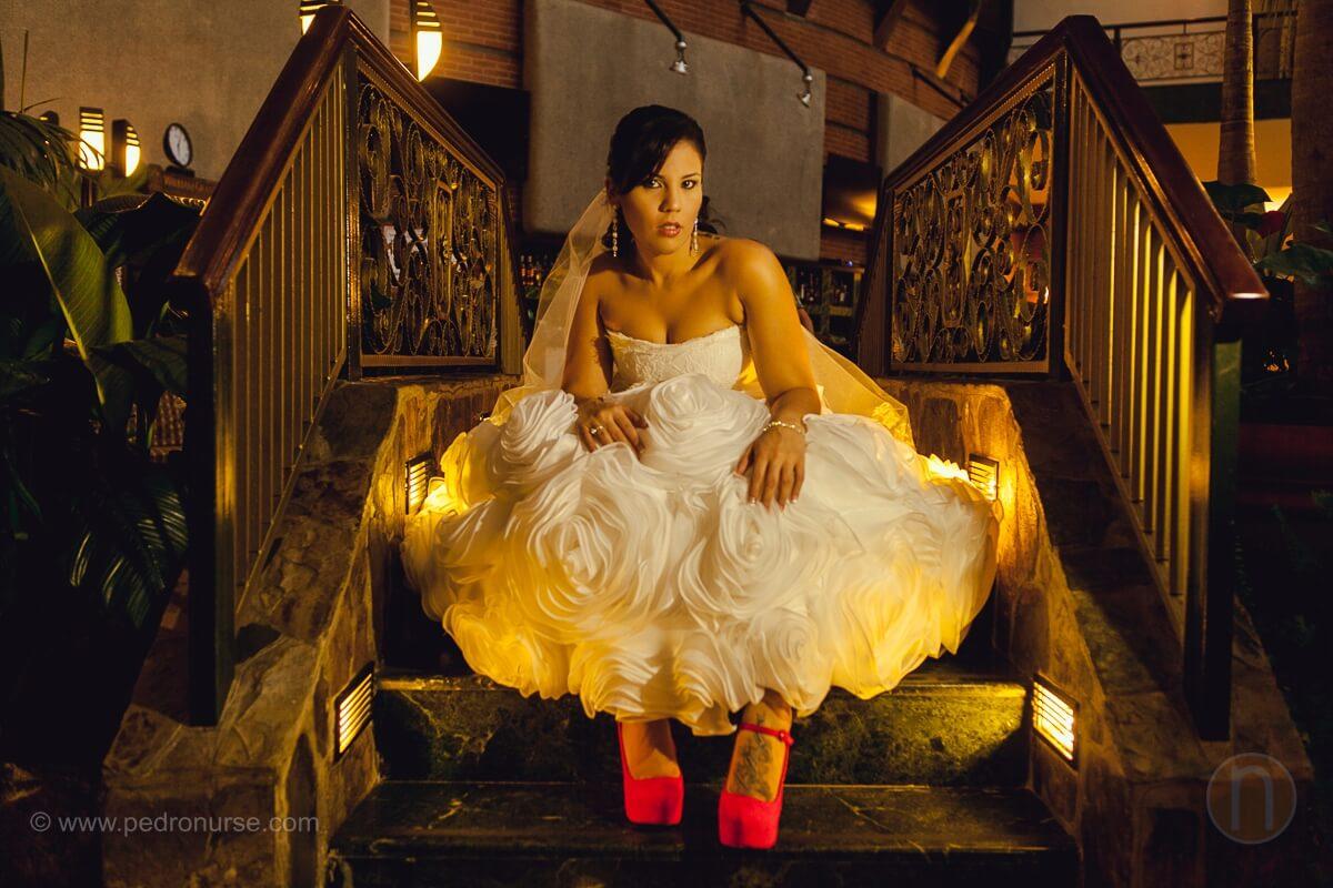 fotos de sesion de novia con zapatos rojos en hotel embassy suites boda en valencia