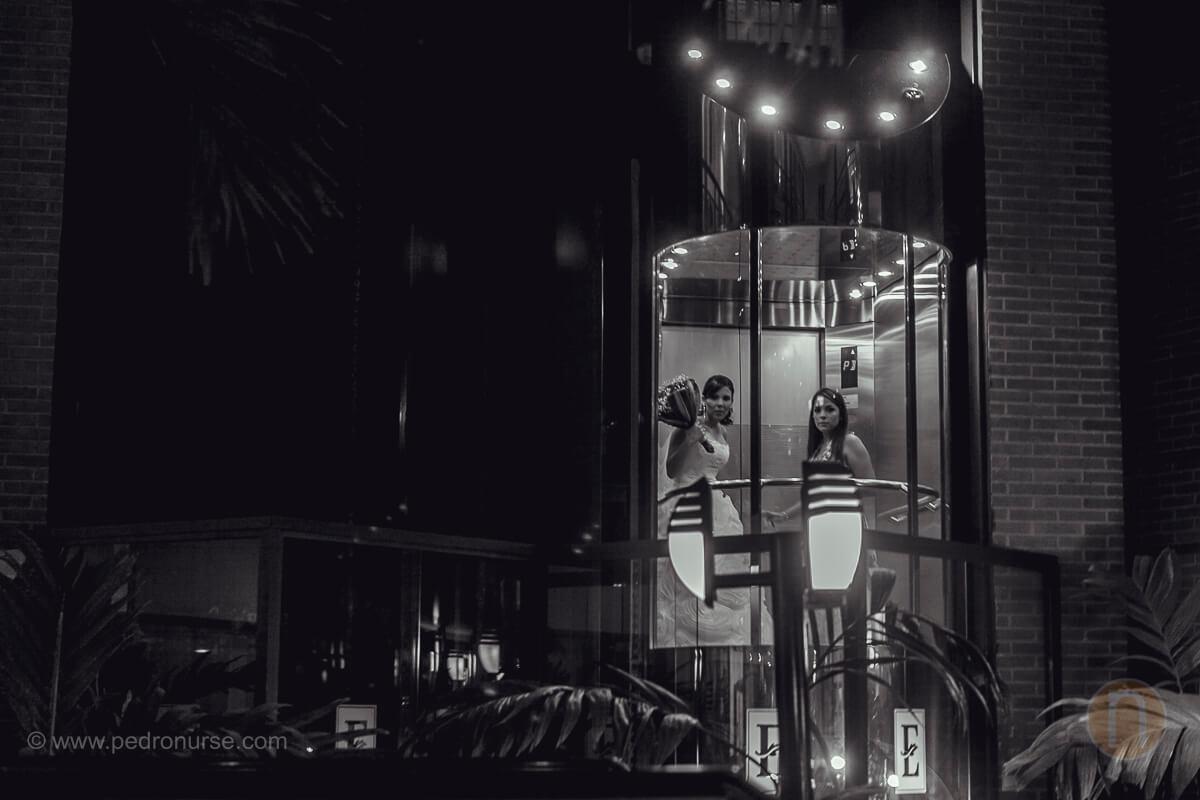 fotos de novia en ascensor hotel embassy suites valencia