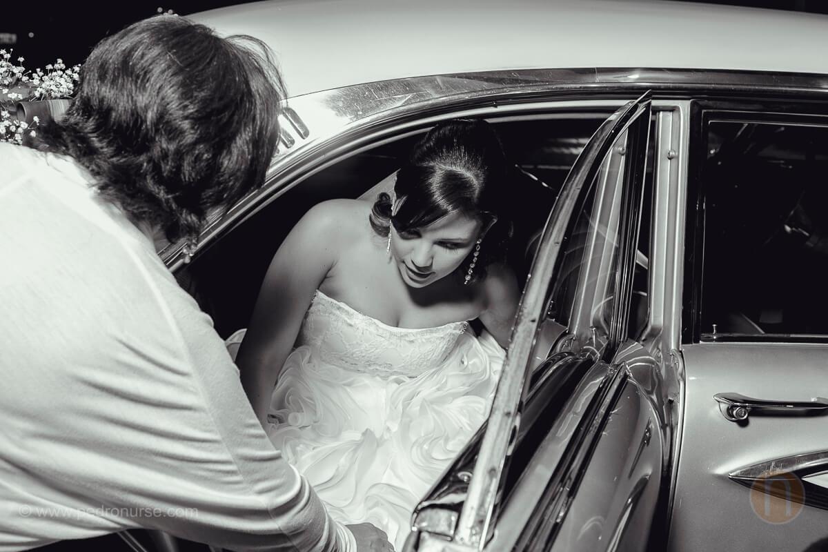 fotos de novia bajandose carro clasico en boda en valencia
