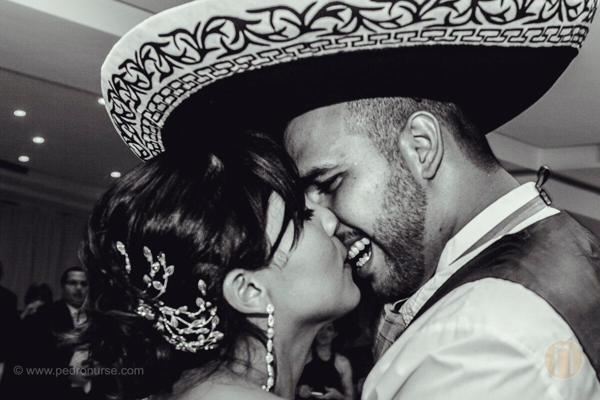 fotos de beso entre novios con sombrero mariachi en boda en valencia