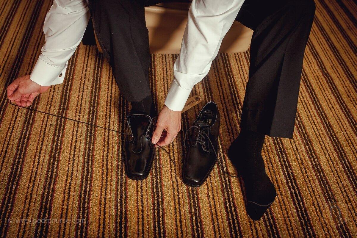 fotos de novio trenzas zapatos de boda