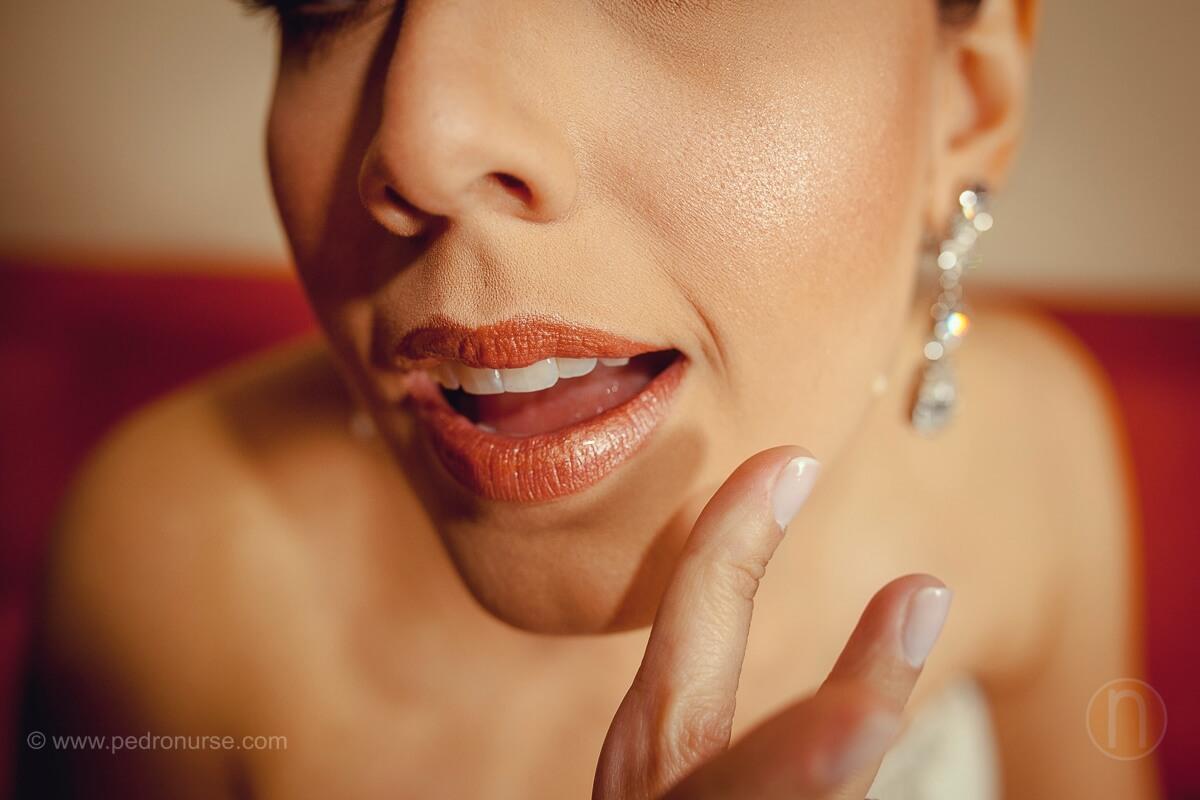 fotos de novia arreglando pintura de labios