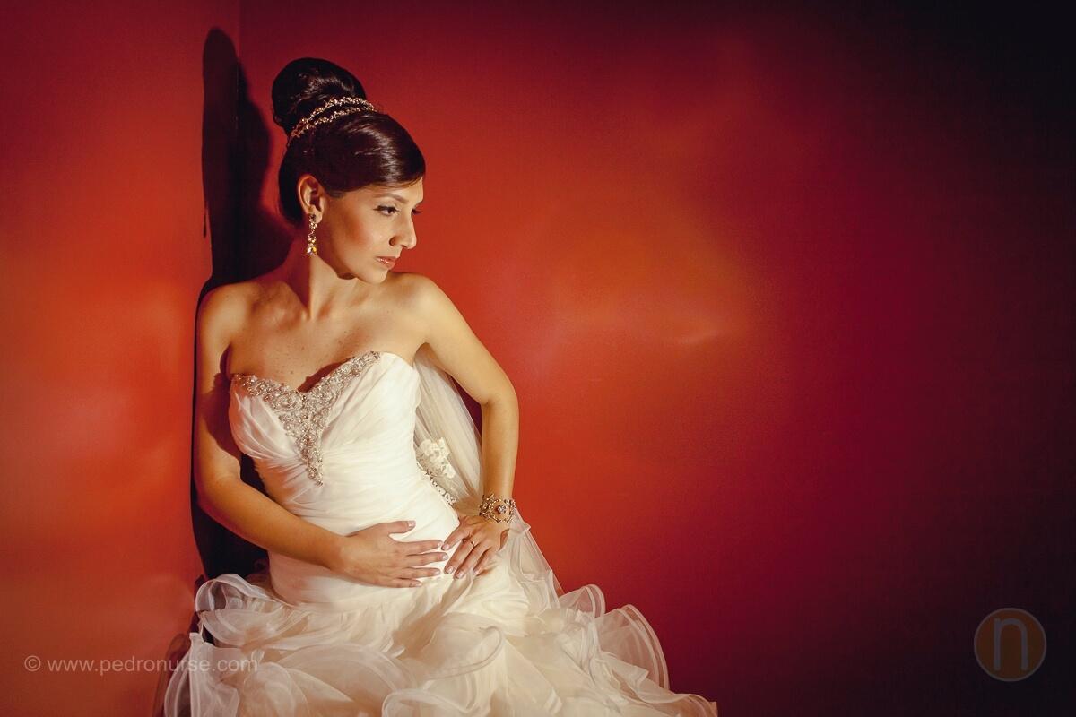 fotos de bella novia con pared roja de fondo