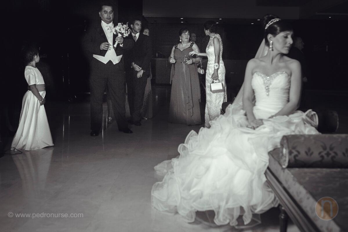fotos de familia y novia esperan para ir a iglesia