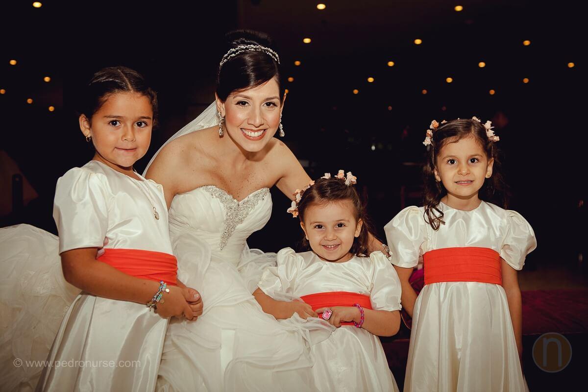 fotos de novia y cortejo de ninas en hotel Renaissance Caracas