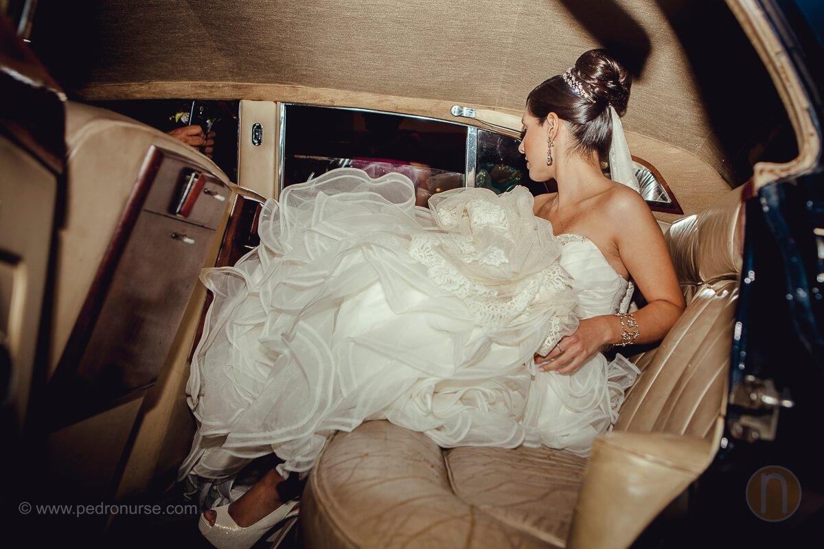 fotos de novia entrando a carro clasico