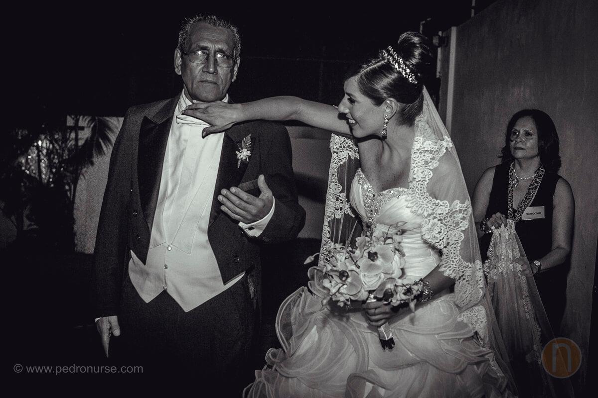fotos de novia arreglando a su papa detalles para boda en capilla colegio belen caracas