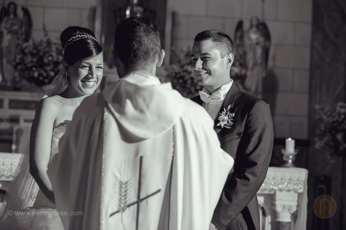 fotos de novia novio bendicion sacerdote boda en colegio belen caracas