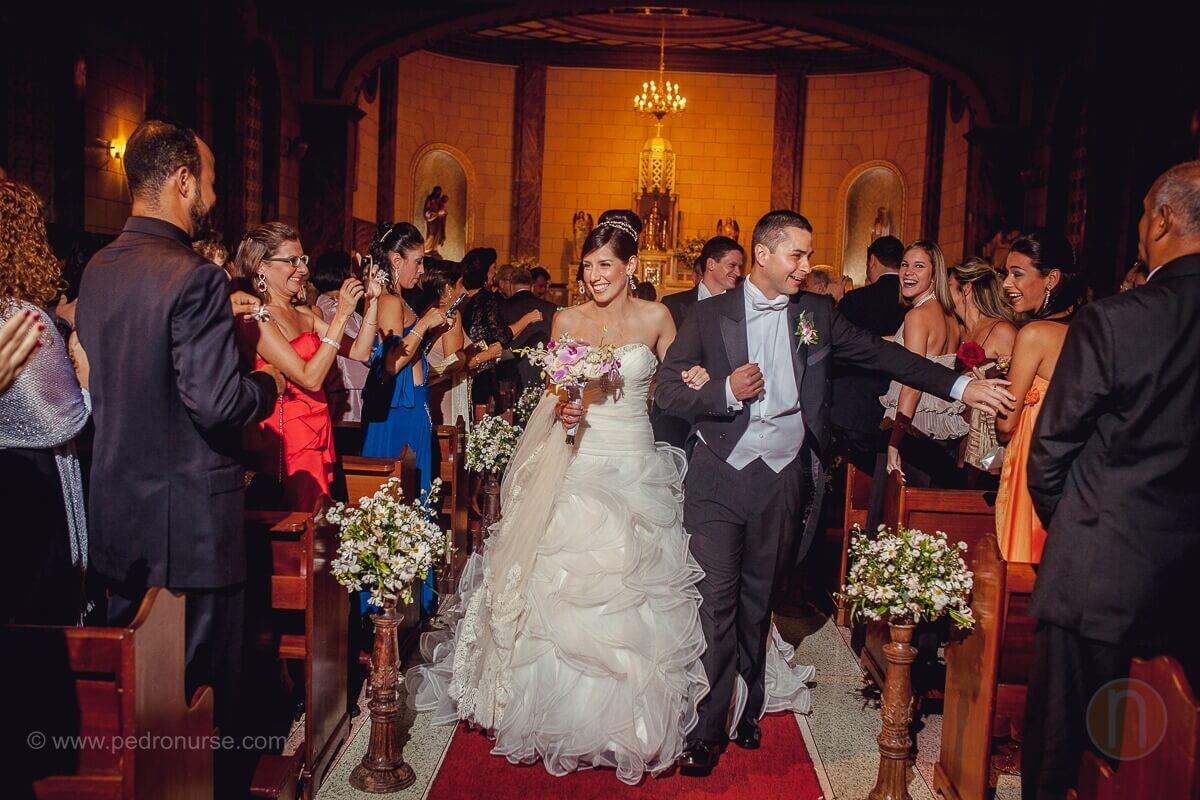 fotos de novio novia celebrando boda iglesia capilla colegio belen caracas