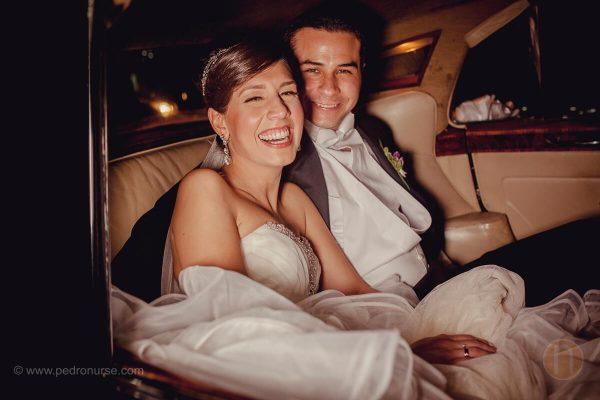 fotos de novios esposos felices dentro de carro clasico