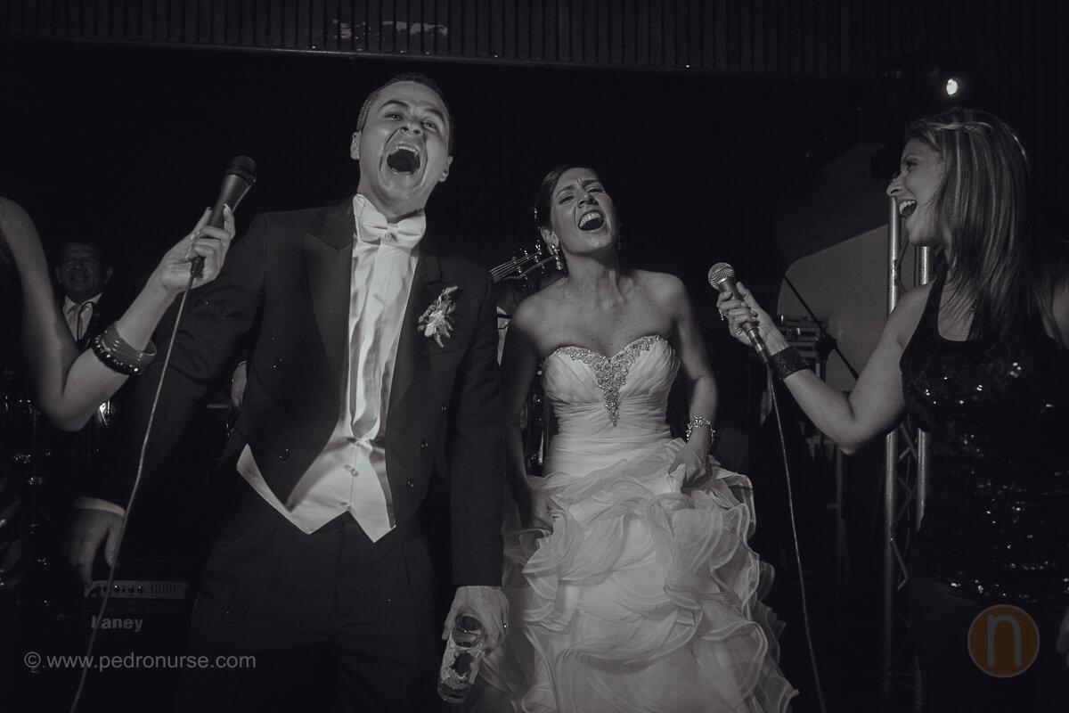 fotos de novios esposos celebrando gritando en boda club campestre los cortijos