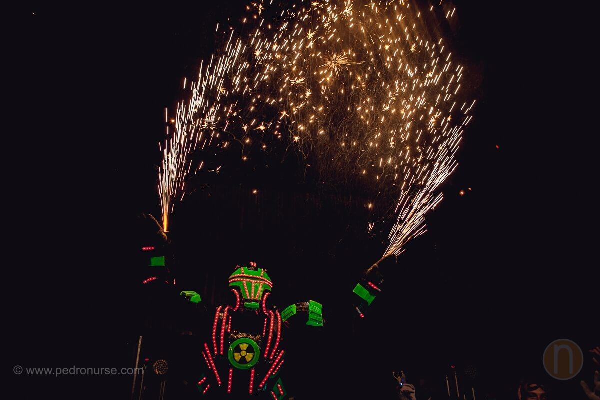 fotos de robot led hora loca cotillon con fuegos artificiales en boda club campestre los cortijos