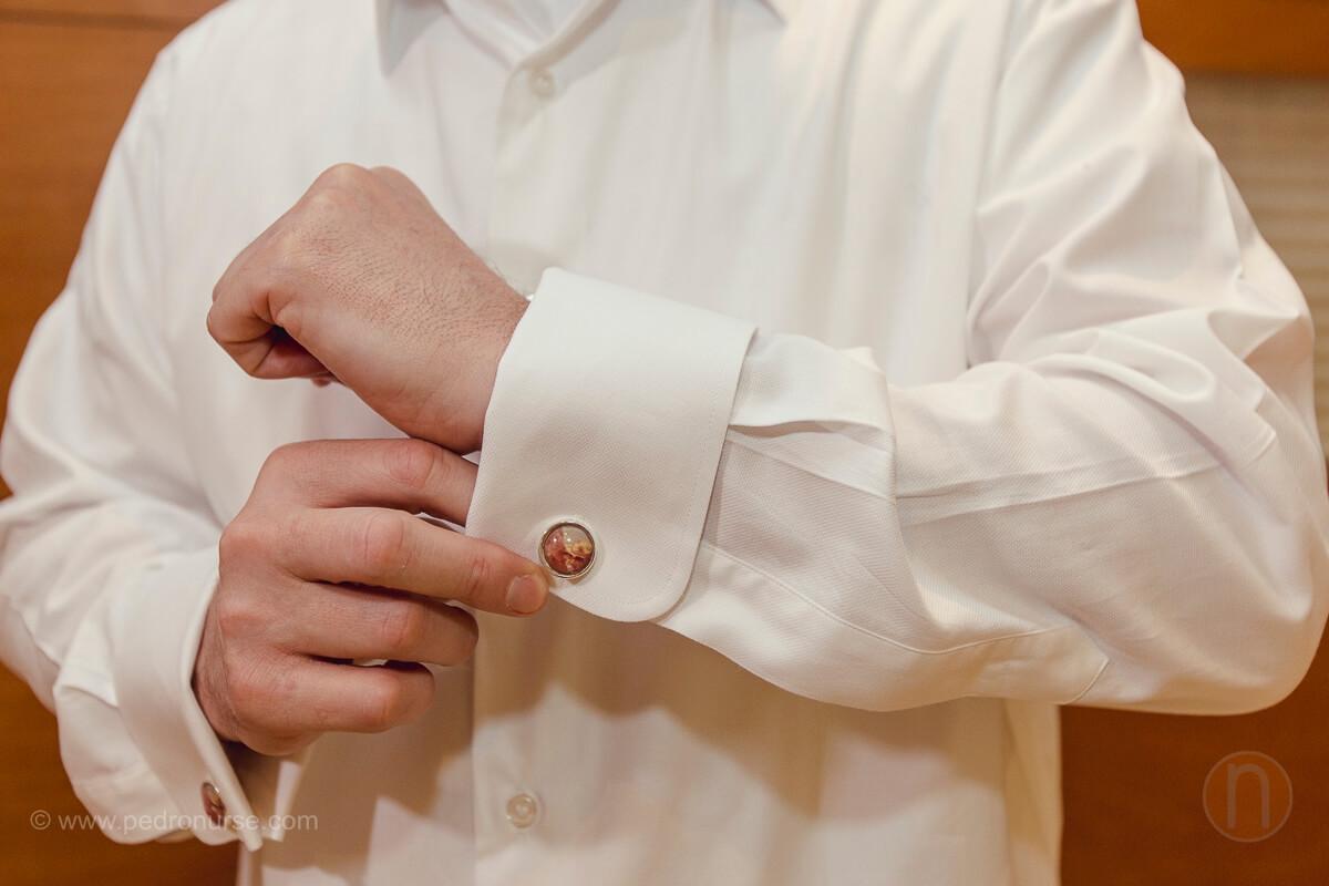 fotos de novio poniendose yuntas para su boda en caracas