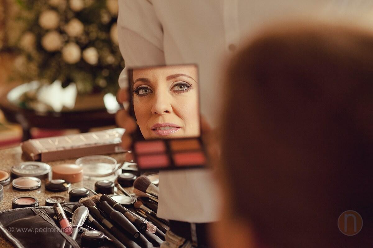 fotos de preparativos de novia viendose espejo para boda en caracas