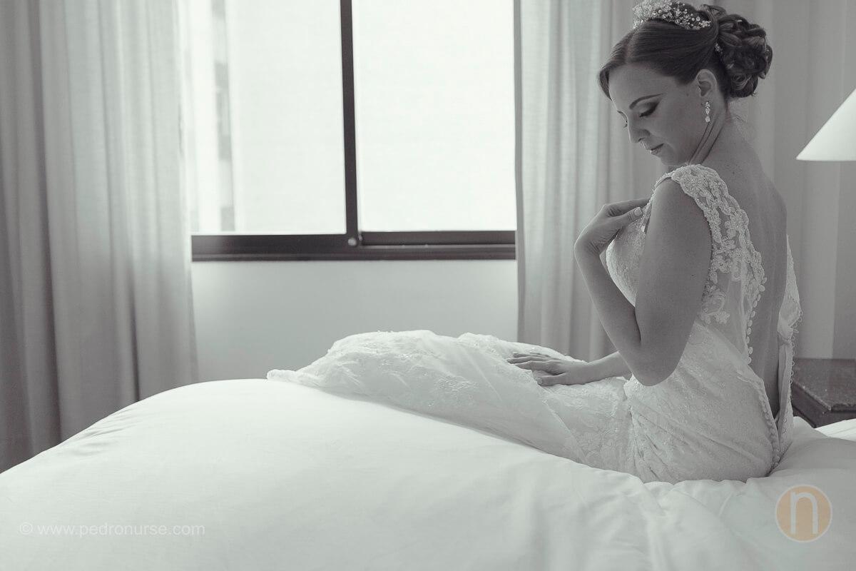 fotos de novia colocandose vestido de novia para boda en caracas quinta vista hermosa