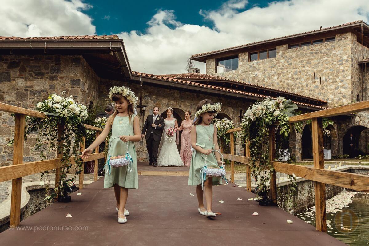 fotos de novia camino al altar con cortejo de ninas en quinta vista hermosa san roman caracas