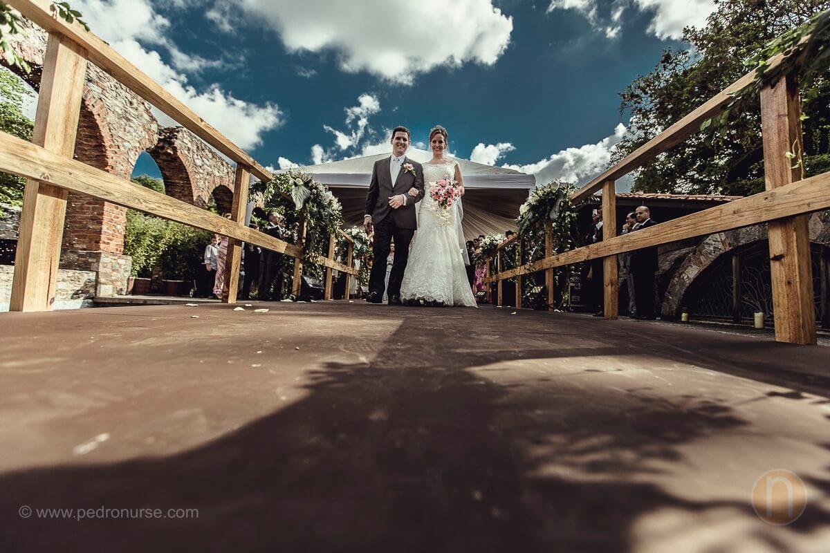 fotos de pareja novio novia caminando en puente en boda del castillo de san roman caracas