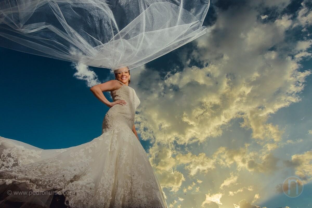 fotos de sesion de novia con velo volando en atardecer en boda del castillo de san roman caracas