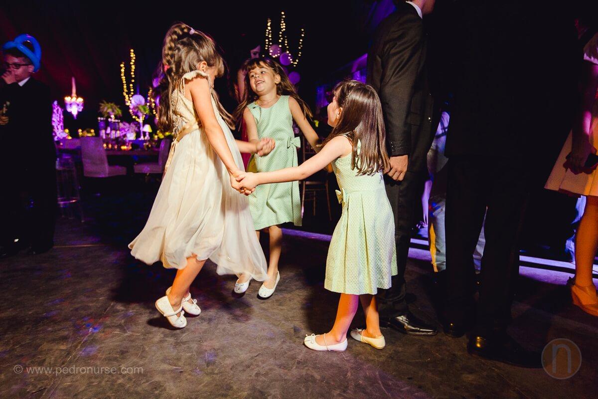 fotos de ninas bailando y divirtiendose en boda en castillo de san roman caracas