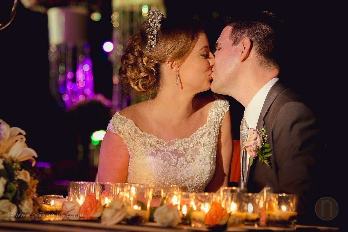 fotos de beso romantico de novio novia de novios en boda en caracas quinta vista hermosa