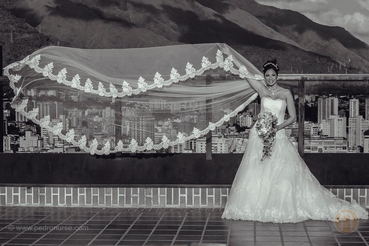fotos de sesion de novia con velo volando en hotel renaissance caracas