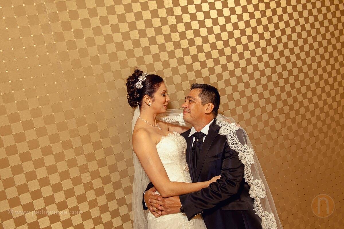 fotos de sesion de retrato novia novio first look en hotel renaissance caracas