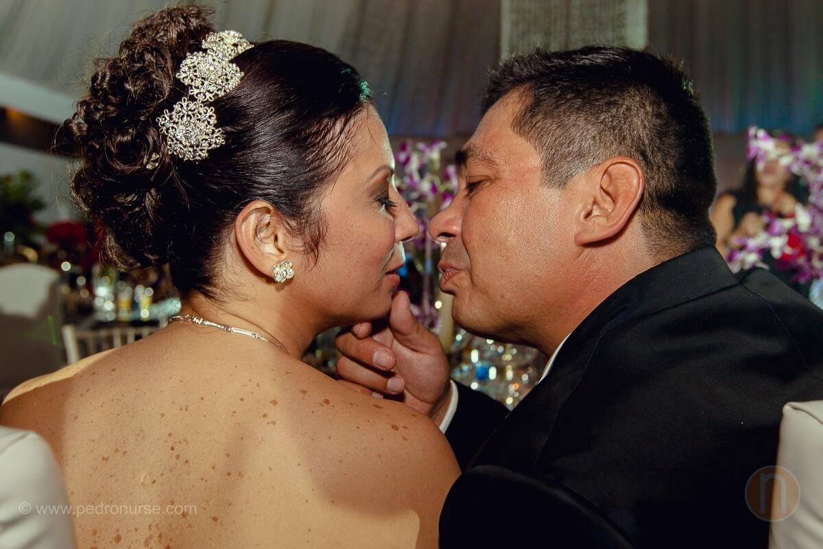 fotos de beso romantico novios en quinta versalles caracas
