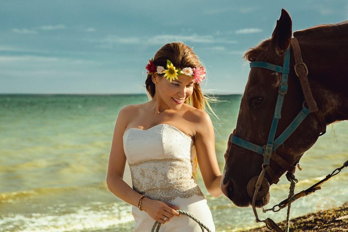 novia en la playa con caballo en post boda en isla de margarita