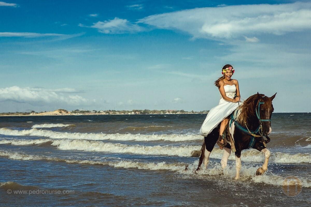 novia cabalgando a caballo en la playa en isla de margarita